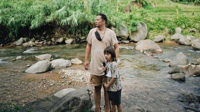 Momen Seru Ringgo dan Bjorka Trekking di Alam Bebas, Jelajahi Sawah hingga Mandi di Sungai