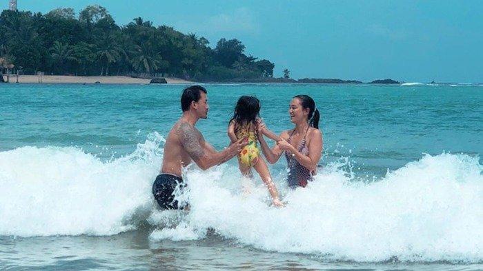 Liburan Artis - Traveling ke Pantai Sambolo, Atiqah Hasiholan Ajak Putrinya Kenalan Sama Ombak