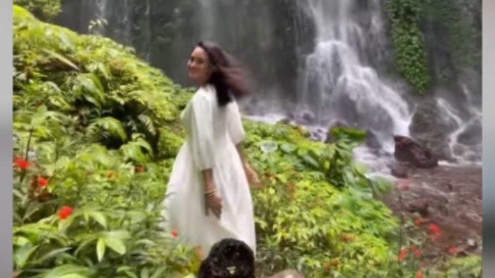 Potret seru Ibnu Jamil dan Ririn Ekawati saat liburan di Bali.