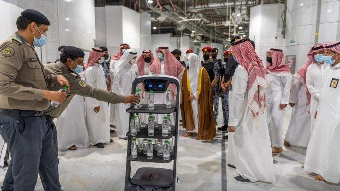 Arab Saudi kini menggunakan robot untuk membagikan air Zamzam bagi jemaah Masjidil Haram, Mekkah dan Masjid Nabawi, Madinah.