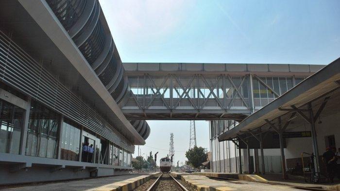 Ruang tunggu KA Bandara Adi Soemarmo Solo melalui Sky Bridge yang menghubungkan Terminal Tirtonadi dan Stasiun Solo Balapan.
