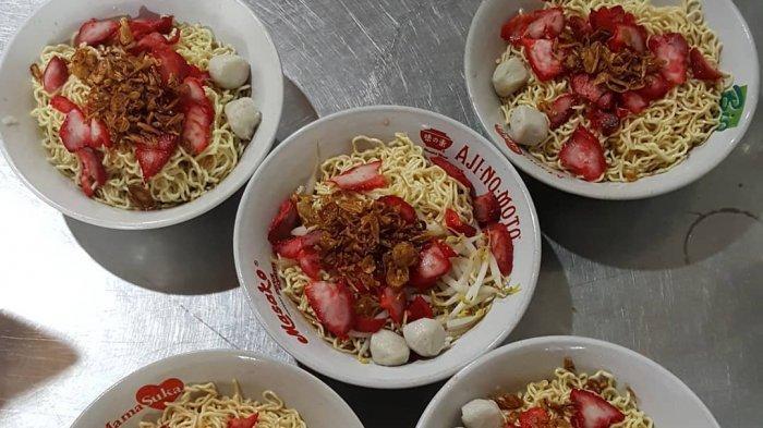 Mencicipi Olahan Bakmi di Rumah Makan Mie Tiau, Disajikan dengan Saus Sirup Merah yang Manis