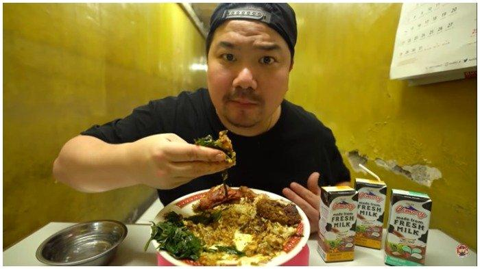 Nex Carlos mencicipi nasi Padang di Rumah Makan Sahabat Minang