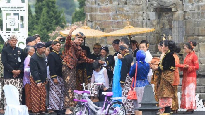 Gubernur Jawa Tengah, Ganjar Pranowo berkesempatan memotong salah satu peserta dari 11 anak yang mengikuti prosesi pemotongan rambut gembel di komplek Candi Arjuna, Banjarnegara, Jawa Tengah, Prosesi ini menjadi salah satu bagian dari gelaran Dieng Culture Festival (DFC), Minggu (7/8).