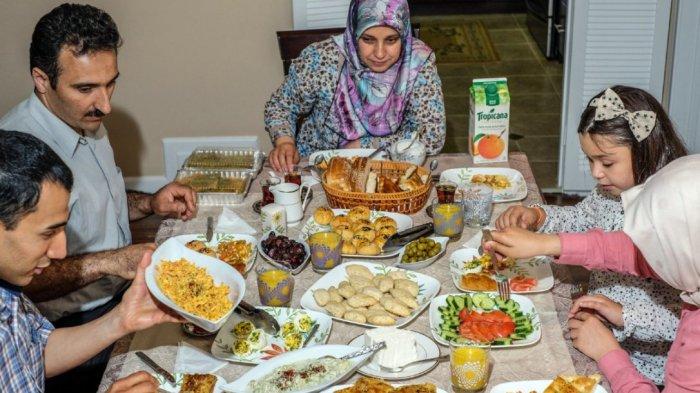 Ilustrasi makan sahur bersama keluarga