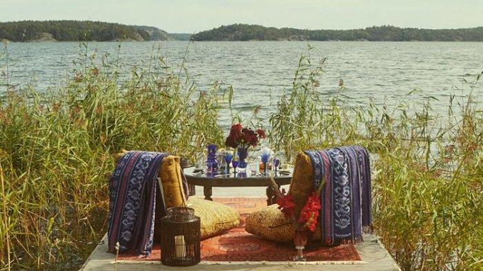Salah satu lokasi meja di restoran Nowhere ini berada di dermaga yang mengarah ke danau.