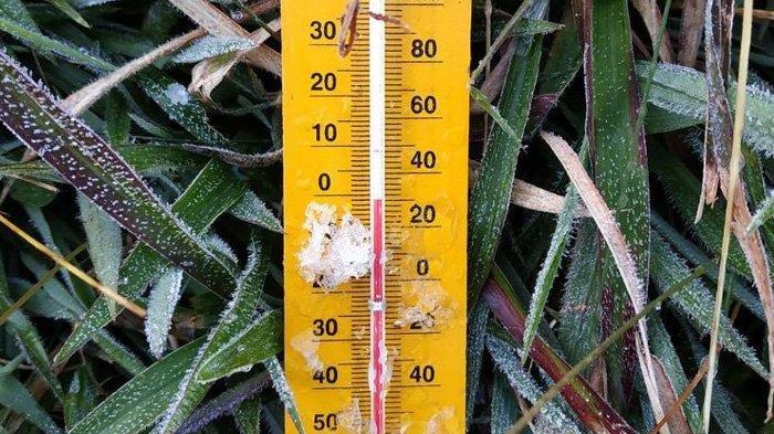 Salju Dieng atau Bun Upas, embun membeku menjadi es di komplek Candi Arjuna Dieng, Kabupaten Banjarnegara, Jawa Tengah, Sabtu (18/5/2019) pagi.