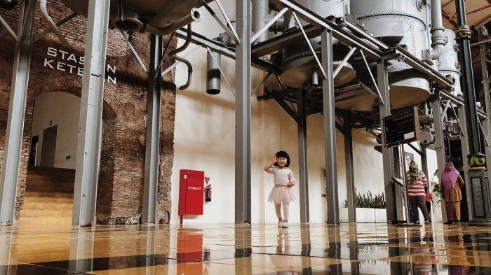 Salma Jihane Putri Dewanto berpose ketika kunjungi museum De Tjolomadu