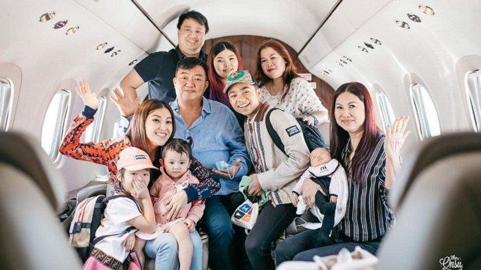 Liburan Artis - Potret Liburan Sarwendah dan Keluarga di Bali, Terbang Naik Pesawat Jet