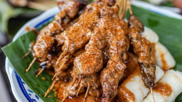 Sate Bulayak adalah satu kuliner andalan para masyarakat Lombok dengan cita rasa yang khas karena bumbu rempahnya.