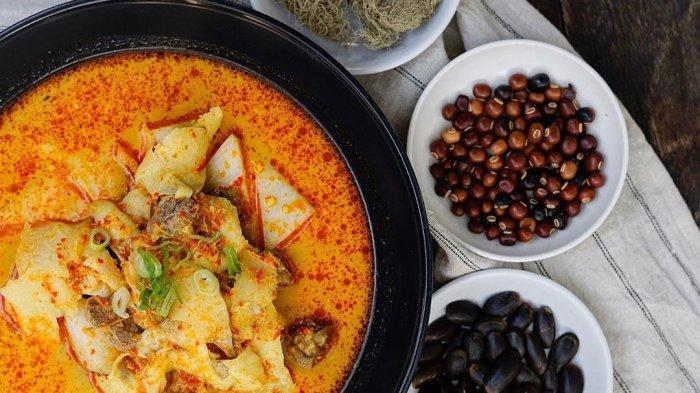 Sayur Babanci lengkap dengan ketupat yang merupakan kuliner khas Betawi yang mulai langka.