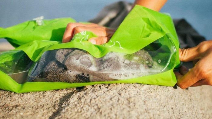 Anti Ribet, Kamu Bisa Cuci Pakaian Kotor saat Traveling dengan Tas Kecil Ini