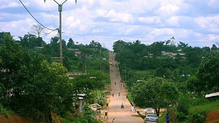 Sebuah jalan menuju =bukit di Sangmelima, Kamerun - sebuah kota berpenduduk 50.000 di tengah hutan.