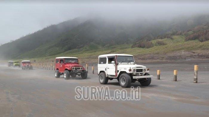 Sejumlah jeep melintas di kawasan Gunung Bromo, TNBTS, Kabupaten Probolinggo.
