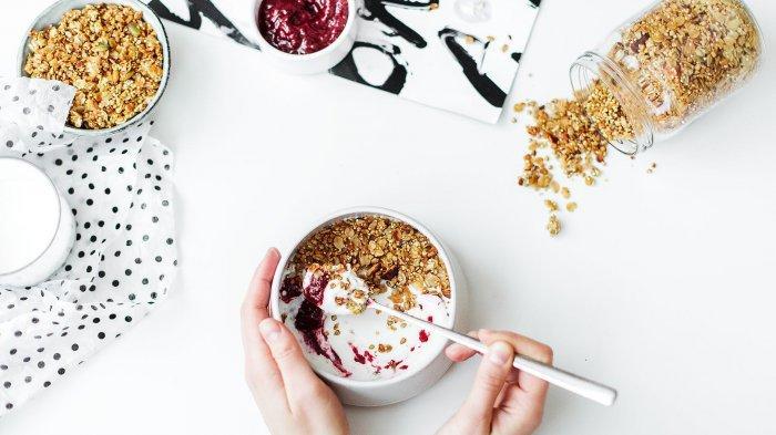 Ilustrasi menggunakan sendok ketika makan