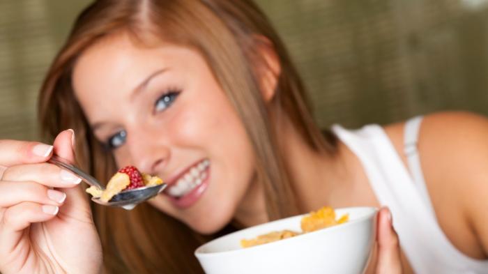 ilustrasi makan dengan sendok