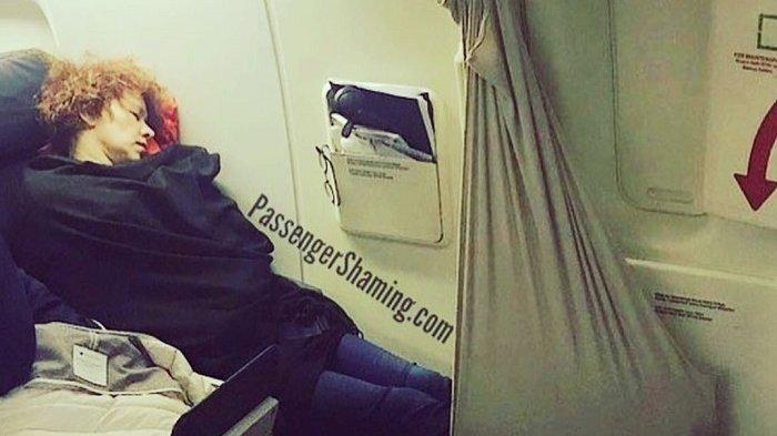 4 Aksi Konyol Penumpang Tidur di Pesawat, Ada yang Terlelap dengan Gaya Aneh