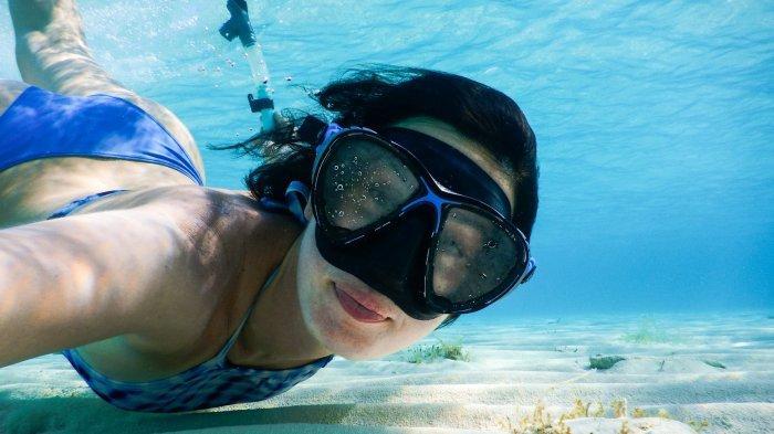 7 Tips Snorkeling Pertama Kali Buat Pemula: Jangan Berenang Sendirian