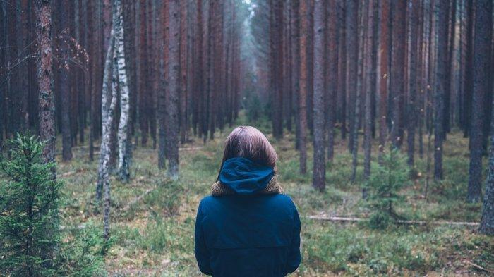 Seorang wanita yang menelusuri hutan
