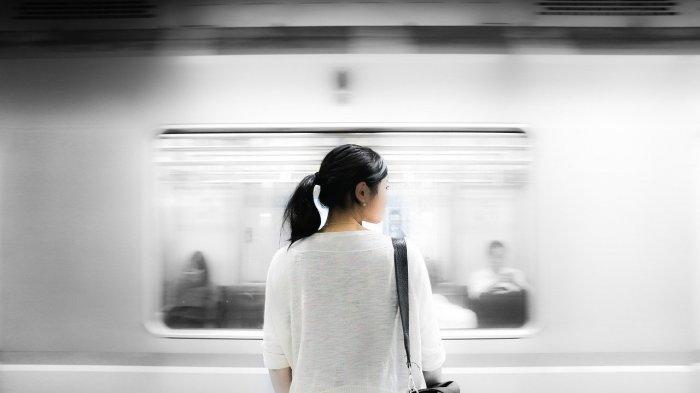 Seorang wanita yang sedang menunggu kereta