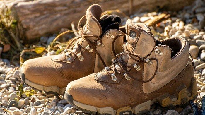 Ilustrasi sepatu untuk mendaki