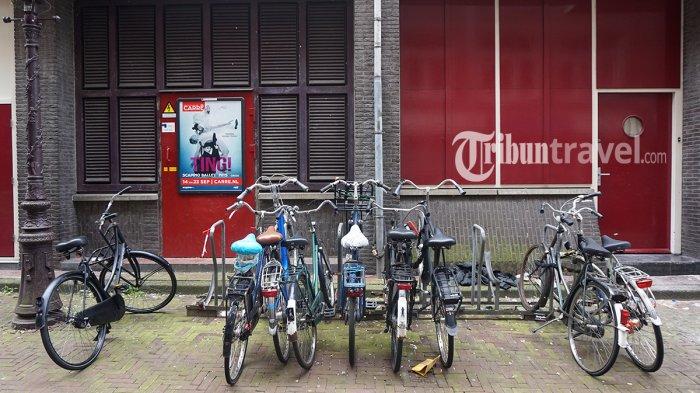 Deretan sepeda yang diparkir di kawasan Koningsplein, Amsterdam, Belanda, Kamis (24/5/2018).