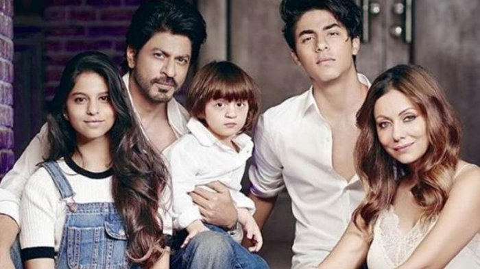 Intip Gaya Liburan Keluarga Shah Rukh Khan di Eropa, Ponsel Sang Raja Bollywood Jadi Sorotan