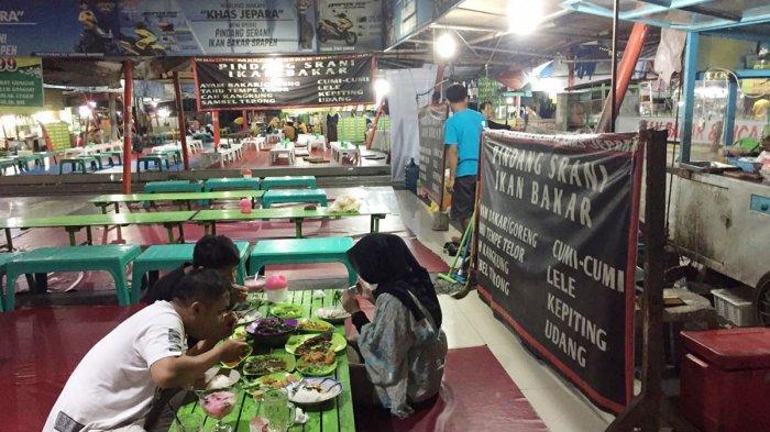 Wisatawan sedang menunggu pesanan seafood di Shopping Center Jepara, Jepara, Jawa Tengah, Minggu (9/6/2019).