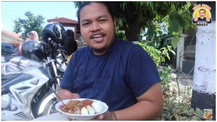 Gharda mencicipi seporsi Siomay Bandung Asli Pak Mukino