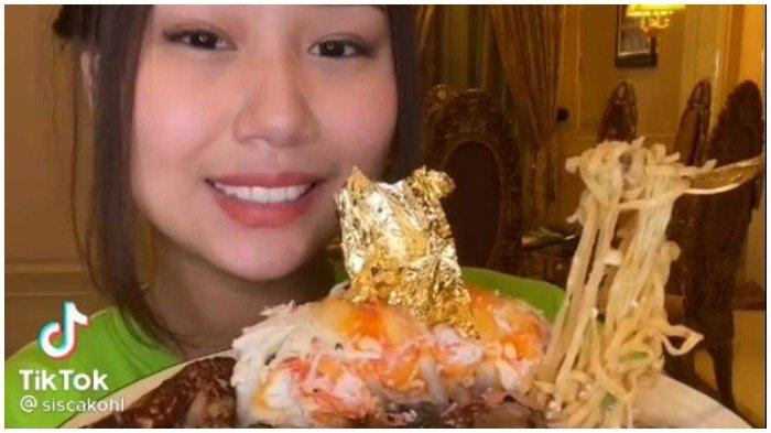 Sisca Kohl makan mi instan dengan topping mewah