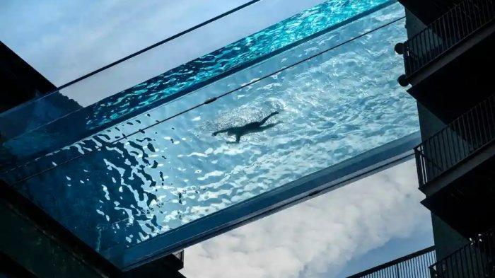 Kolam Renang Melayang dengan Ketinggian 30 Meter, Letaknya di Antara 2 Gedung Bertingkat