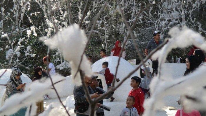 Seorang anak terlihat menikmati suasana di Snow Park Lawu Park 2.