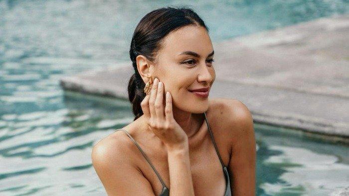 Sophia Latjuba Pamer Foto saat Liburan ke Bali, Pose Cantiknya Bikin Iri