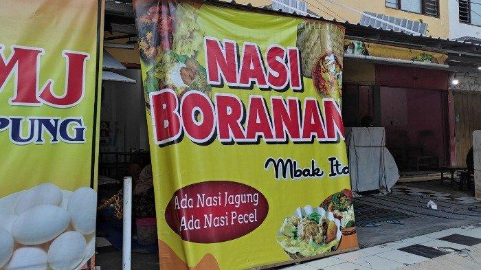 Spanduk warung Nasi Boran Mbak Ita, Tempat Makan langganan istri bupati dan Pejabat di Lamongan, Jumat (24/4/2021).