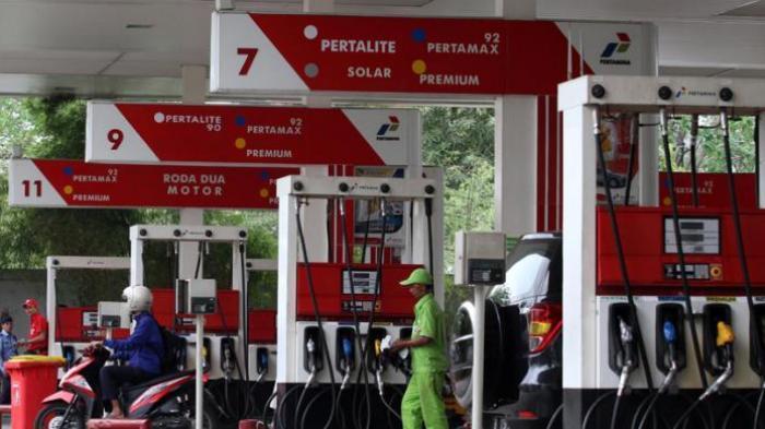Aktivitas pengisian bahan bakar di SPBU Pertamina.