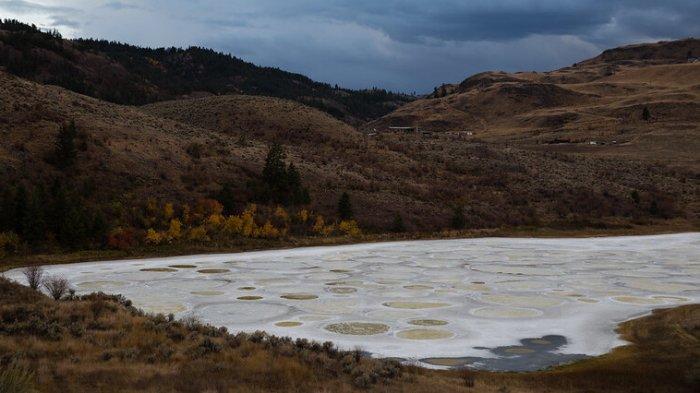 Spotted Lake, danau unik di Kanada