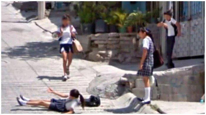 Google Maps Street View menangkap gambar seorang gadis terjatuh di depan temannya