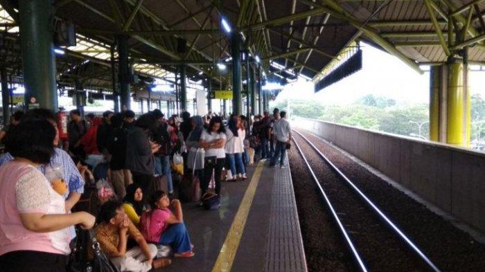Truk Pembawa 'Crane' Mogok di Jalur Kereta, Sejumlah Kereta di Stasiun Gambir Terlambat