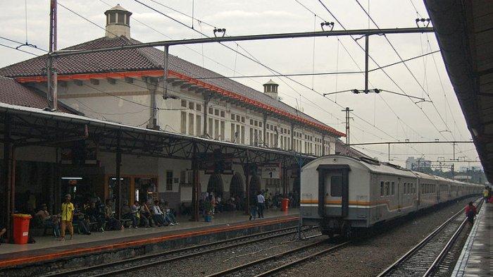 Tiket Kereta Api Sudah Habis, Calon Penumpang Masih Datangi Stasiun Pasar Senen