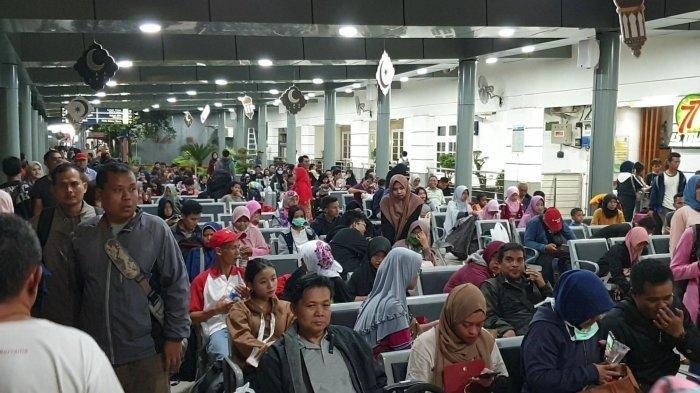 Sejumlah pemudik mulai memadati Stasiun Pasar Senen, Jakarta Pusat, Senin (27/5/2019).