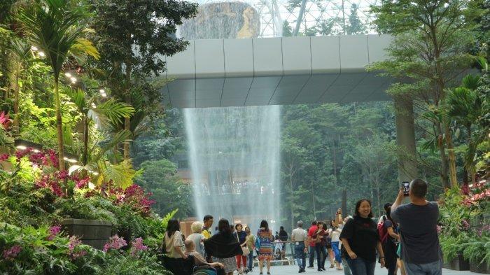 Suasana di Jewel Changi Airport