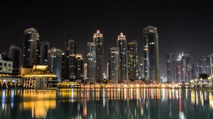 Ilustrasi suasana perkotaan Dubai di malam hari.