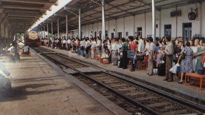 Ilustrasi suasana menunggu kereta di Stasiun Gambir.