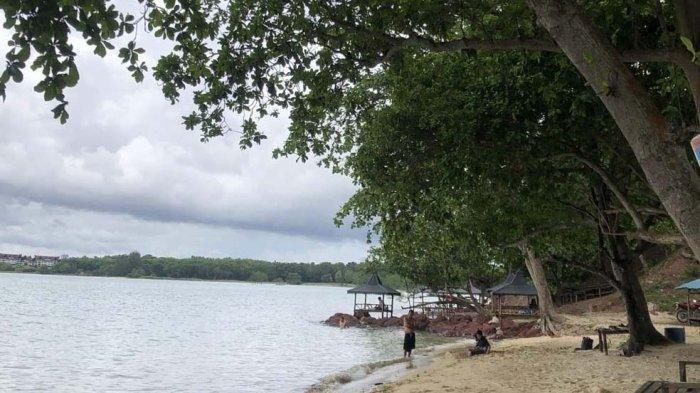 Suasana pantai Dangas Sekupang, Batam