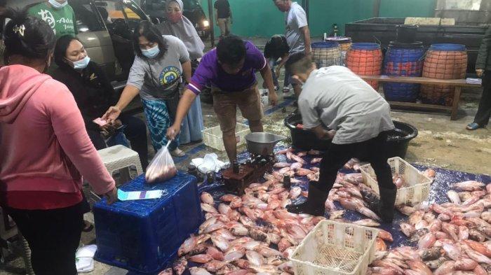 Suasana pengunjung di Pasar Ikan Balekambang, Sabtu (20/3/2021).
