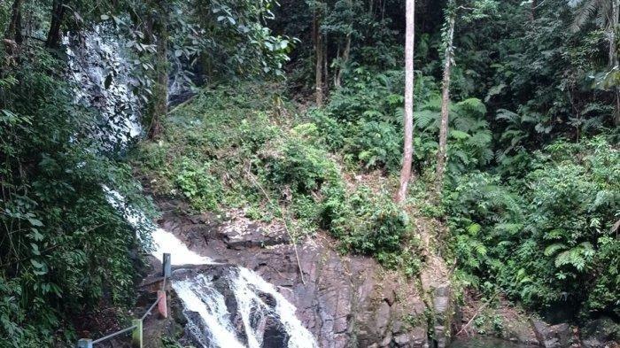 Suasana pengunjung menikmati sejuknya air terjun Aek Martolu, Kabupaten Tapanuli Tengah beberapa waktu lalu.