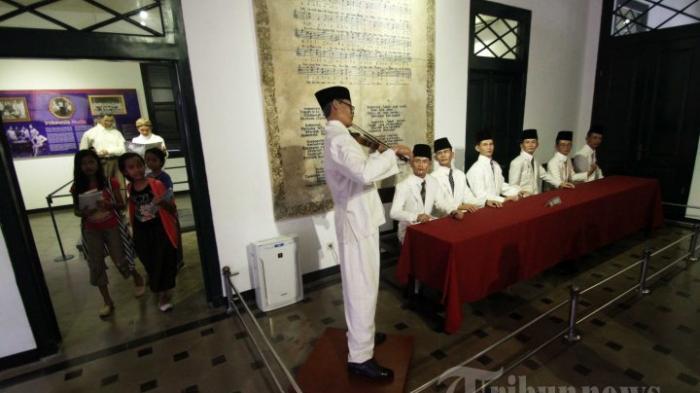 Anak-anak memperhatikan diorama yang berada di Museum Sumpah Pemuda, Jakarta, Jumat (28/10/2016). Kunjungan ke museum sejarah perjuangan kemerdekaan Republik Indonesia tersebut dilakukan untuk napak tilas peristiwa Sumpah Pemuda pada 27-28 Oktober 1928.