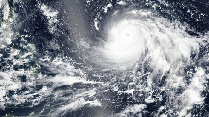 Citra satelit yang menunjukkan Super Topan Mangkhut mendekati Filipina