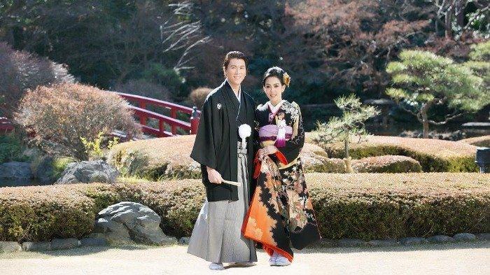 Liburan Artis - Liburan Tahun Baru 2020 di Jepang, Syahrini dan Reino Barack Kompak Pakai Kimono