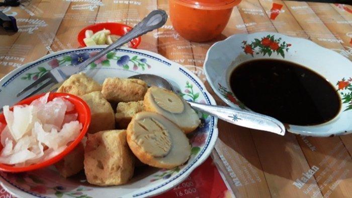 Satu porsi tahu pong telur yang disajikan dengan petis udang di warung Tahu Pong Gajah Mada, Jumat (24/5/2019)